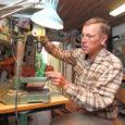 Puutöömeister ja endine käsitööõpetaja Paul Tohv Kihelkonnalt on enam kui saja tarbeeseme idee autor ja meister. Kuldsete kätega meistrimehe loominguvaramu loetelu võib alustada pisikestest kõrvarõngastest ja lõpetada suuremate mööbliesemetega. Mullu […]