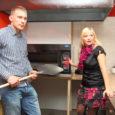 """End Tallinna ja Saaremaa vahel jagavad elukaaslased Kerli Tael ja Siim Kolla avavad novembris Kuressaares Holostovi kompleksis pitsasid, pannipitsasid ja wrap'e pakkuva söögikoha Hot Pizza. """"Kuna töötan Tallinnas umbes samasuguse […]"""