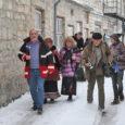 """Eile kella üheteistkümne paiku ennelõunal saabus Torgu kuninga Kirill I (kodanikunimega Kirill Teiter) korteež Kuressaare kesklinna. Parklasse jõulukuuse alla oli """"kuningat"""" tervitama tulnud kümmekond linnas elavat """"alamat"""". Koos õukonnaga asetas […]"""