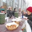 """""""Tulge sooja suppi sööma!"""" kostis kutse eile lõuna paiku Kuressaare kultuurikeskuse ja Ferrumi läheduses kõndijate kõrvu. Mõnigi mööduja võttis hetkeks aja maha ja lahke kutse vastu. Kella 12 paiku tõstsid […]"""