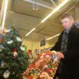 """Heategevusprojektilt """"Inglipuu"""" ootab sel aastal Eestis jõulukinki üle 1100 puudustkannatava lapse. Kuressaare Maxima kaupluse Inglipuul ripub ligi neljakümne vähekindlustatud peres kasvava lapse kingisoov. Esmaspäeval oli Kuressaare Inglipuu juures linnapea Mati […]"""