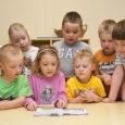 """Eile sai Valjala lasteaed kätte projekti """"Taluga sõbraks, toiduga tuttavaks"""" käigus valminud retseptiraamatu esimesed kaks näidiseksemplari. Laste illustreeritud raamatust leiab suupäraste toitude retsepte nii algaja kui kogenud söögitegija. """"Väga kena […]"""