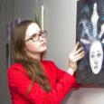 """Tänu noorte ettevõtlikkuse arenguprogrammile Entrum on Kuressaares Ajamaja galeriis eilsest üleval näitus """"Noor kunst"""" ehk kohalike andekate noorte joonistused, fotod, maalid. Näituse üles seadmisega oli eile päeval ametis nooruke Jane […]"""
