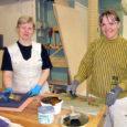 """Kuressaare ametikoolis mööblirestauraatoreiks õppivad hotelliadministraator ja matemaatikaõpetaja olid kolm nädalat Soomes Turu maalrikoolis välispraktikal uusi erialaoskusi ja kogemusi omandamas. """"Kummalegi anti 70-ndatest pärinev väike nurgakapp, mis tuli korda teha,"""" rääkis […]"""