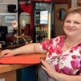 """Mai algusest on taas avatud ka Roomassaare kohvik. Kohvikus tegutseb ettevõtja Maarja Kumpas, kes ostis ära kohvikuruume viimati rentinud firma Westpub OÜ. Maja kuulub AS-ile Saarte Liinid. """"Avamise päev läks […]"""