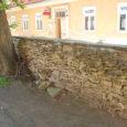 Fotograaf Tõnu Otstavel postitas eile oma Facebooki kontole pildi lagunema kippuvast kiviaiast Kuressaare turu tagumise värava juures, mis võib selle kõrvale pargitud autole ohtlikuks saada. Linnavalitsuse kinnitusel tegeleb turutaguse aiaga […]
