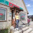 25. juunist suletakse Saaremaa tarbijate ühistu toidukauplus Kaalis. Maja ostis ära ettevõtja Alver Sagur, kellele kuulub ka Kaali teine, külastuskeskuses asuv pood. Ehkki paljudele kohalikele ei ole see meeltmööda, et […]
