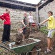 12 noort malevlast on kogunenud Kihelkonna vallas Pidula mõisas, et teha vabas õhus heakorratöid. Neiud pesevad aknaid ja rohivad, noormehed kaevavad vundamendiauku sauna ehitamiseks. Kõik malevanoored on pärit mandrilt, täpsemalt […]