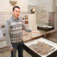 """Eile õhtupoolikul avati Saaremaa muuseumis näitus """"Salme matuselaevad. Arheoloogilised uuringud 2008–2012"""". Avamisel andis väljapanekust ülevaate väljakaevamisi juhtinud arheoloog, filosoofiadoktor arheoloogia alal Jüri Peets. Ekspositsioonis näeb hulgaliselt unikaalseid leide 8. sajandist, […]"""