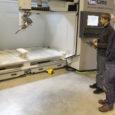 """Itaalia tootjafirma esindajad paigaldasid oktoobri keskpaigas Kuressaare ametikooli rajatava väikelaevaehituse kompetentsikeskuse tehnoloogialaborisse arvutijuhitava (CNC) töötlemiskeskuse. Sellega on ametikooli teatel põhiosa laboriseadmestikust olemas. """"CNC-töötlemiskeskusele on juba tööde järjekord tekkinud,"""" ütles ametikooli […]"""