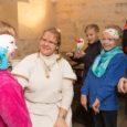Saaremaa muuseum võõrustab sel nädalal kooliõpilasi, lastes neil meisterdada kadrimaske ja tutvustades vanu kadrikombeid. Kui Saarte Hääle ajakirjanikud esmaspäeva lõuna paiku Kuressaare linnuse kohtusaali uksest sisse astuvad, on saali pika […]
