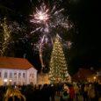 2014. aastat tuldi Kuressaares sõprade ja pereliikmete seltsis tervitama, nagu juba traditsiooniks kujunenud, ikka linna jõulupuu juurde.