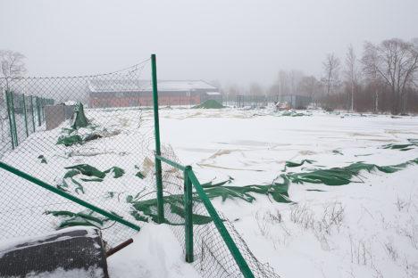 HALL KUMMULI: Reedel möllanud lumetorm surus kilehalli maadligi. Foto: Sander Ilvest