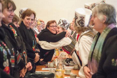 SÕBRAKALLI ÜLE LAUA: Südamlikult kallistavad Taimi Truumees Vokiratta rühmast ja Aili Pruul tantsurühmast Kupar, vasakul Milvi Oll. Foto: Raul Vinni