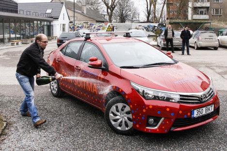 UUE ÕPPESÕIDUAUTOGA: Fotole jäi uue punase Corolla ristimishetkel autokooli sõiduõpetaja Priit Kald. Foto: Taavi Tuisk