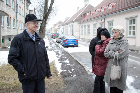 EBAKINDLUS TULEVIKU SUHTES: Võimalikke muutusi naaberkrundil arutasid Komandandi 10 majavanem Enn Arnus ning elanikud Anne Jakunin, Helju Roolaht ja Inge Kirss. Foto: Irina Mägi