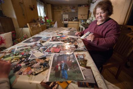 KOPSAKAS FOTOKOGU: Maia Vinkel oli meie külaskäigu ajaks kuulsustega tehtud pildid lauale laotanud. Vaatamist jagus. Foto: Sander Ilvest