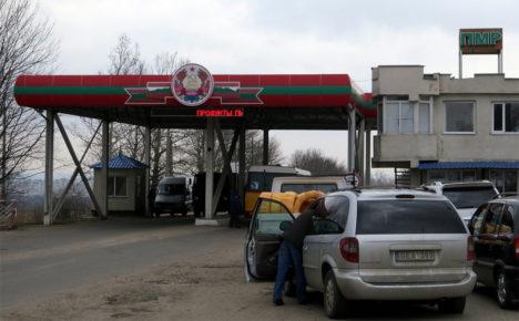 PIIRIÜLETUS: Moldovast eraldunud tunnustamata Transnistria Vabariigi piiripunkt. Juba piiril torkab silma, et tärkava turumajanduse tunnusjoonte kõrval on selles riigis rohkesti nõukaajast pärit nn reaalse sotsialismi sümboolikat. Foto: internet
