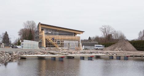 KENA MAJA: Ehitajad on lubanud Nasva jõe ääres asuva maja 1. juuniks valmis ehitada. Foto: Sander Ilvest