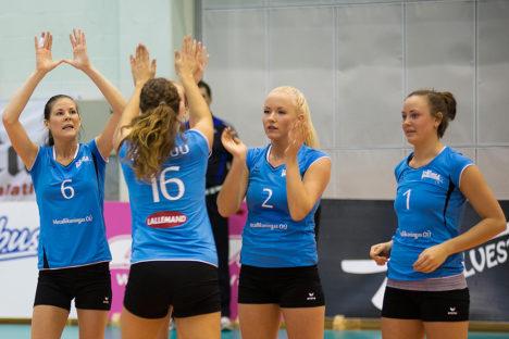 VÄÄRT SAAVUTUS: Nette Peit (nr 1) koos naiskonnaga järjekordse võidetud punkti üle rõõmustamas. Foto: Irina Mägi