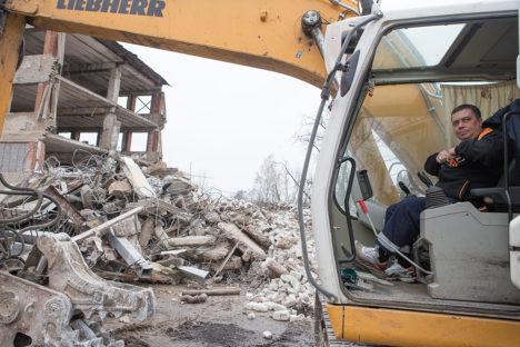 TEEB MAJA MAATASA: Teenindusmaja lammutustöid teeb Tallinna ettevõte Eldostar OÜ. Maksim Belov on oma masinaga juba teist päeva Saaremaal. Foto: Sander Ilvest