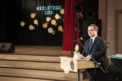 VILISTLASE TERVITUS: Haridus- ja teadusministeeriumi kantsler Janar Holm tunnistas oma heameelt, et keeleteo auhind just tema kodukoolis välja kuulutati. Foto: Raul Vinni