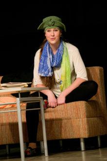 """""""ON AEG…"""": Laureaaditiitliga pärjatud Krevera monotükis suurepärase rolli teinud Maria Pihlak tunnistati ka parimaks naisnäitlejaks nii Saaremaa kui ka festivali üldarvestuses. Foto: Irina Mägi"""