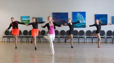 HARJUTAMAS: (Vasakult) Maarja Pannel, Anita Mäetalu, Aleksandra-Lovise Õun ja Karmela Kaasik püüavad jäljendada Hedi Pundoneni näidatavaid tantsukombinatsioone. Foto: Sander Ilvest