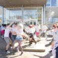 Täna keskpäeval toimus Kuressaare gümnaasiumi hoovis traditsiooniline abiturientide vaheline veesõda.