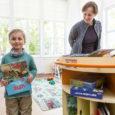 Eile andsid Eesti lastekirjanduse keskuse ja kultuuriministeeriumi esindajad Kuressaare haigla lasteosakonnale üle spetsiaalselt laste jaoks valmistatud liikuva raamatukogu. Silindrikujulisse ratastega raamaturiiulisse või -kappi mahub palju kirevakaanelisi köiteid, nende seas Andrus […]