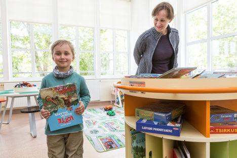 """ESIMENE TESTIJA: Raamatukarusselli esimene testija oli Uku Vesberg, kes pikemalt mõtlemata haaras riiulist """"Lotte ja kuukivi saladuse"""". Ema Edith Sepa sõnul on see raamat poisile juba kodust tuttav. Foto: Sander Ilvest"""
