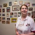 """Kuigi tänavusel aasta emal, Kuressaare haigla ämmaemandal Helgi Tammuril on endal kolm last, võib teda pidada lausa emaduse sümboliks. Aastakümnete jooksul on ta aidanud emaks saada tuhandetel naistel, olnud """"emaks"""" […]"""