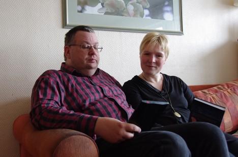 NÄED, KUI MUGAV: Aimar on oma e-sõbraga väga rahul, Rita eelistab siiski käegakatsutavat lehekeeramist. Foto: Elina Kalm