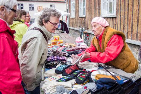 PALJU MAKSAB? Kui eile näitas Kuressaare turul kudumitega kauplev proua Aino turistile kalkulaatorilt kindapaari hinda, siis turismimaksu tulles peaks turist kalkulaatorit uurima juba saarele tulles. Foto: Raul Vinni