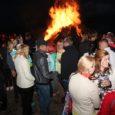 Mändjala rannas ja kämpingus toimus tänavune jaanipidu juba pühapäeval. Publikuleesinesid Üllar Jörberg, Merlyn Uusküla, Renate ja Smilers.