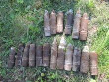 MÕNTUST LEITUD MÜRSUD: Demineerijad selgitasid mürsud leidnud haudadeotsijale, et tegemist on õhutõrjesuurtüki kildmürskudega. Foto: Lääne-Eesti pommigrupp