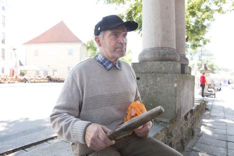LUISUGA: Loo autor Tõnu Anger võttis kodust vana luisu kaasa, et seda lehelugejate tarvis pildistada. Foto: Sander Ilvest