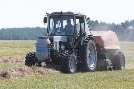 HOOGU, HEINALINE! Traktorist Peeter Köster on kogenud heinaline. Suurissoos tuli tal ühe rulli pressimiseks läbida ligi 900 meetrit. Foto: Sander Ilvest