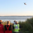 """Esmaspäeval kell 18.31 teatati, et Muhu vallas Rootsivere külas on meesterahvas läinud merre ujuma, kuid veest välja tulnud ei ole. Kaldal olid mehe riided ja ratas. """"Meest asusid otsima päästjad,piirivalvurid, […]"""