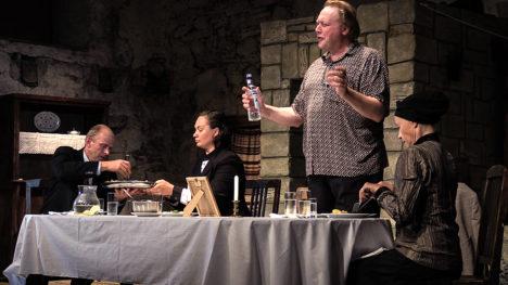 EELMÄNG: Janne-tädi mälestamiseks on ühise laua taha istunud Andres Raag, Piret Rauk, Allan Noormets ja Piret Kalda. Seda, et kohe läheb mõistatuse lahendamiseks ja tõeliseks emotsioonide mölluks, teab lauasistujaist sel hetkel vaid üks. Foto: Margus Muld