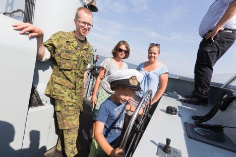 NOOR JUHT: Ohvitser Taavi Tuisk tutvustab rooli taga olevale Oliver Püüdingule, Piia Teernile ja Piret Paomehele (paremal) Taani laeva. Foto: Sander Ilvest