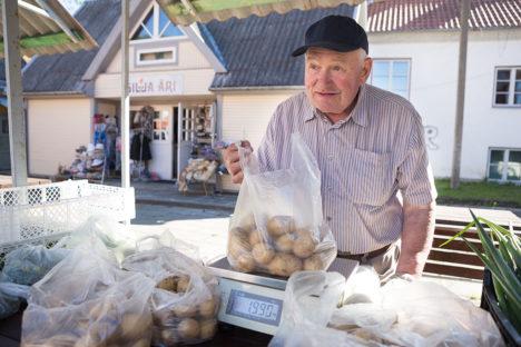 PAKUB KARTULEID: Maasikad otsas, nüüd pakub Kalev Trei varast kartulit. Foto: Sander Ilvest
