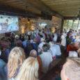 """Täna esilinastus Muhus, Nautse Mihkli talus dokumentaalfilm """"MUHU: Ätsed ja roosid"""". Suure rahvahulga tõttu oli ka teine seanss."""