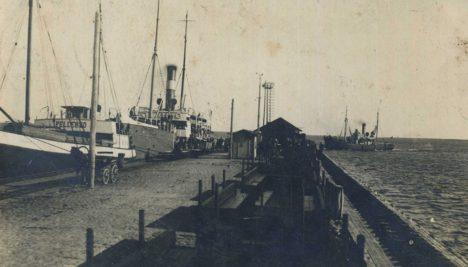 KUI SÕITIS SUSLARONG: Roomassaare sadam 1930ndate algul, kui linna ja sadama vahet sõitis kitsarööpmelisel raudteel suslarong. Foto: Erakogu