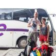 """Suvine hooaeg on transpordis nagu välikohvikutelgi – tipphooaeg. Liiklejaid on nii saarele kui mandrile ja suuremad bussifirmad busside täituvuse üle ei nurise. """"Täiesti ettearvamatu, mis päev toob, aga üldiselt on […]"""