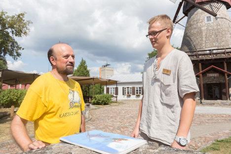JOONISTUS VALMIB: Baldaa näitab Veskis töötavale Karl Juhandile oma pooleliolevat tööd. Foto: Sander Ilvest
