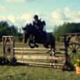 """20. augustil toimus Kihelkonna vallas Kõruse külas Reinu ratsatalus kaheksateistkümnendat korda Saaremaa vanim traditsiooniline ratsavõistlus, nüüdseks juba vabariiklikud mõõtmed saavutanud Reinu Kapp. """"Osalejaid oli kohal palju, aga osa ei startinud, […]"""
