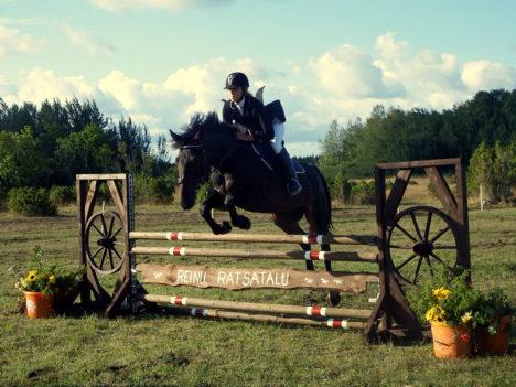 ESIKOHT: Kõrgemate takistustega sõidu võitja Miina-Eliise Udeküll hobusel Western. Foto: Kristiina Kangro