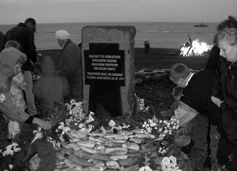 MÄLESTAME: Üks Estoniale pühendatud mälestusmärk asub Ninase pangal. Foto: Irina Mägi