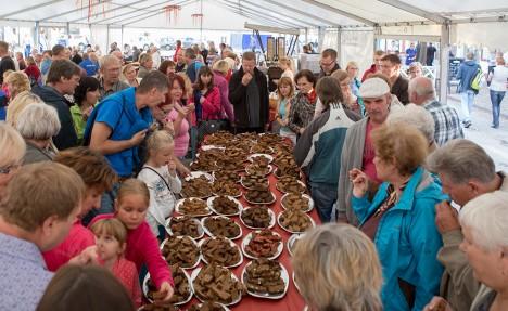 LEIVALAUD JA VÕIDULEIB: Saarte Hääle koduleivakonkursi leivalaud oli ütlemata populaarne. Foto: Raul Vinni
